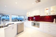 cuisine avec un dosseret en verre rouge et armoire de rangement