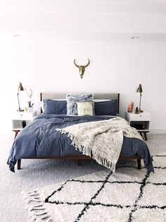 Adorable 75 Affordable Apartment Bedroom Makeover Decor Ideas https://decorecor.com/75-affordable-apartment-bedroom-makeover-decor-ideas