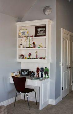 Awesome built in bookshelf & desk