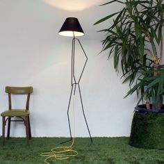 Lampara persona Cool Things To Build, Diy Floor Lamp, Metal Structure, Industrial Design, Lighting Design, Lamp Light, Light Fixtures, Lightning, Product Design