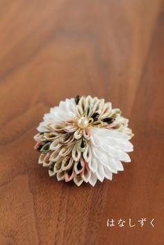 和柄と白 大菊ブローチ つまみ細工