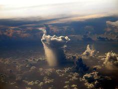 غيمة تمطر لوحدها في المحيط الهادي.   سبحان الله العظيم