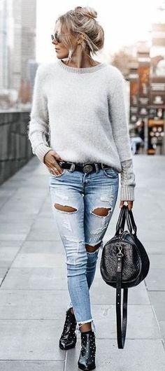 #fall # outfits Damen grauer Pullover mit U-Boot-Ausschnitt und Jeans in Distressed-Blau