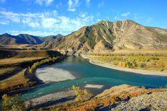 Las montañas doradas de Atlai en el sur de Siberia se encuentran dentro de la gran república de Atlai. La propiedad enumerada comprende de las áreas montañosas altas de Atlai, las cabeceras de los ríos Katun y Chulyshman y el lago Teleskoye.