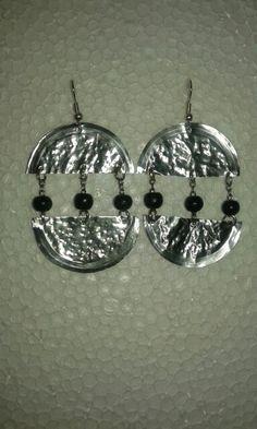 Pendientes realizados con aluminio de tarrina de flan y abalorios de madera. ( Reciclaje )