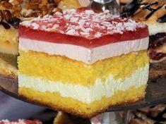 Biszkoptowe ciacho przekładane masami śmietankowo-jogurtowymi z dodatkiem kolorowych galaretek... jasny, puszysty biszkopt i słodkie, aksamitne w smaku masy, no i na koniec przezroczysta, aromatyczna galaretka - czego chcieć więcej? ;) Przepis na biszkopt z masą śmietankowo-jogurtową i galaretką.