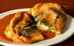 This classic Mexican chiles rellenos recipe (sometimes spelled chili relleno) is filled with lots of cheese and served with a spicy roasted tomato salsa. Mexican Cooking, Mexican Food Recipes, Ethnic Recipes, Chili Recipes, Salvadorian Food, Chili Relleno, Chiles Rellenos Recipe, Chile Relleno Sauce, Comida Latina