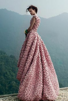 Crochet flower gown--what a great texture! Haute Couture Style, Look Fashion, High Fashion, Fashion Design, Modern Fashion, Beautiful Gowns, Beautiful Outfits, Gorgeous Dress, Fashion Fotografie