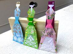 Marcador de livro PRINCESA.   Papel de origami importado.  Pode ser desenhado os olhos e a boquinha se desejar.  Fotos apenas ilustrativas. Valor referente a cada boneca.  Medidas aproximadas: 17,2X6,5cm. Peso aproximado com embalagem: 4g.  Pode ser transformado em móbile.  Design original de Sayuri Murakami (Momô Artesanatos).  Sob encomenda: informe a cor desejada.  Frete à orçar: Carta, PAC ou SEDEX. Envio em caixa ou envelope reforçado.  Obs.: Pode haver pequena variação de cor, de…