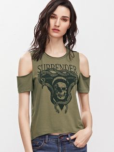 T shirt cutting style Zerschnittene Shirts, Diy Cut Shirts, T Shirt Diy, Cut Up Tees, Cut Up T Shirt, Diy Kleidung Upcycling, Cut Shirt Designs, T Shirt Hacks, Diy Clothing