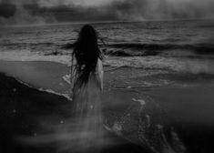 El fantasma de mi oscuridad ha robado mis deseos, mi garganta esta muda, las palabras ya no llegan a mi boca...mis oídos captan el a...