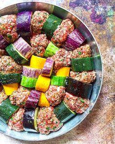 Fűszeres húspogácsa vele sült padlizsánnal és cukkinivel Ratatouille, Chili, Eggplant, Diet Recipes, Favorite Recipes, Ethnic Recipes, Food, Drink, Chili Powder