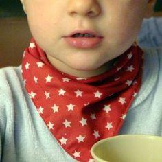 Le tuto pour un bavoir foulard, en français.