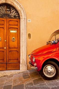 Doorstep parking in Montepulciano, Tuscany, Italy | Brian Jannsen Photography ᘡղbᘠ