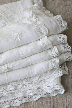 Antique linens, embroidered with lace Decoration Shabby, Shabby Chic Decor, Antique Lace, Vintage Lace, Vintage Decor, Vibeke Design, Fresh Farmhouse, White Farmhouse, Linens And Lace