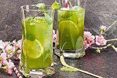 Osvěžující ledový čaj připravený zalitím dvou sáčků mátového čaje, dochuceného medem a citronovou šťávou, servírovaný s ledem, ozdobený kolečky citronu a snítky máty.