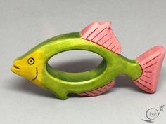 Der süße Ring in Form eines Tropenfisches | Fantasiefisches ist aus ca. 20 mm starkem massivem Holz gefertigt. Er kann als Greifring für unsere Kleinen oder auch als Serviettenring für besondere Anlässe genutzt werden. Er ist ideal passend zu unseren anderen Holzfiguren und Waldorf Figuren. An den abgerundeten Kanten können sich die Kleinkinder nicht verletzen. Die Oberflächen sind fein geschliffen, gebeizt und anschließend lasiert. Alle handgemalt aufgetragenen Farben und Lasuren sind…