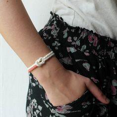 He encontrado este interesante anuncio de Etsy en https://www.etsy.com/es/listing/232330981/summer-bracelet-friendship-white-cord