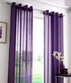 Lila Vorhänge mit modernem Design und halbtransparenter Textur