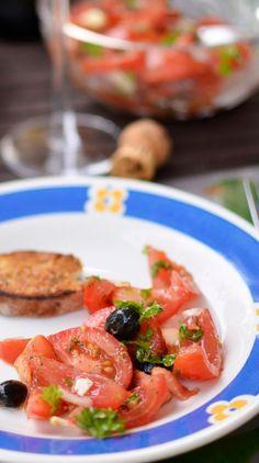 Perunabluussia: Kesäinen tomaattisalaatti