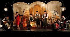 Un décor et une mise en scène proche de l'univers du théâtre pour un spectacle bien vivant. La Fausse d'orchestre, ça swing!