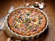Keto mushroom pie is a natural sequence to our ketonisation of Greek pites (pies). With homemade crispy keto phyllo dough, you can easily ketonise it all! Mushroom Pie, Keto Mushrooms, Stuffed Mushrooms, Greek Cake, Quiches, Caramelized Shallots, Kinds Of Pie, Baked Pie Crust, Spinach Pie