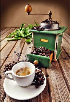 Un bon café ! I Love Coffee, Coffee Art, Coffee Break, Best Coffee, Morning Coffee, Coffee Cups, Antique Coffee Grinder, Manual Coffee Grinder, Coffee Grinders
