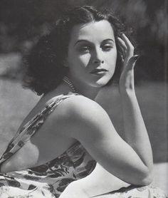 Популярная в 1930—1940-е годы австрийская, а затем американская актриса кино, а также изобретательница.