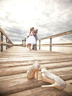 Love this beautiful wedding photo, with the couple embracing in soft focus in the background… a very nicely done shot (via Gorgeous We...