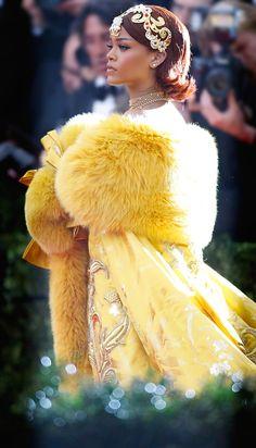 2015 MET GALA RED CARPET / Rihanna wearing a Chinese Couture designer named Guo Pei.