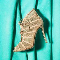 Delicado y a la moda, así son las botas de encaje del diseñador Gianvito Rossi, ¡perfectos para la temporada! #shoe #fashion #boots #lace