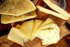 Pecorino della Garfagnana - si ottiene da latte ovino intero con l'aggiunta di fermenti e caglio di vitello. Può essere consumato come formaggio da tavola o da grattugia secondo il grado di stagionatura. Sia stagionato che fresco, si accompagna bene con miele, marmellata, frutta e verdure fresche di stagione.