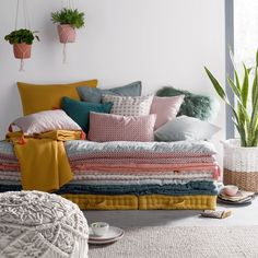 accumulation de coussins de sol, matelas et édredon pour une ambiance cosy et confortable