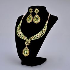 Distinctive Green Earrings and Necklace Set with One Tuned Rhinestone Dangle Category:Jewelry SetsGender:WomenOccasion:Special Occasion/Engagement /AnniversaryMaterial:Alloy/RhinestonesMaterial Color:GoldShown Color:Gold GreenClosure Type:Lobster ClaspNecklace…