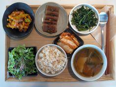 2012년 5월 19일 토요일 오늘의 그때그때밥상입니다. 강원도에서 온 취나물, 버섯오이양파무침, 도토리묵, 부추감자된장국에 신선한 샐러드, 김치, 현미밥입니다. 날씨 좋은 5월 주말이라 야외 나들이 하시는 분들 많을 것 같아요.건강하고 든든한 밥상 챙기시고 즐거운 주말 보내세요!