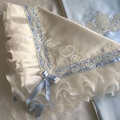 For a detailed study of our French lace and pilis blanket. Baby Knitting, Crochet Baby, Baby Nest, Baby Gown, Linens And Lace, How To Make Clothes, Heirloom Sewing, Diy Embroidery, French Lace