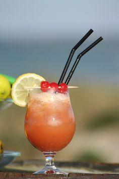 #SexontheBeach - on the rocks 4cl vodka 2 cl #ferskenlikør (Noorbohandelens Weinbergpfirsich) 4 cl appelsinjuice 4 cl tranebærjuice  Hæld alle ingredienser i et stort glas med is og rør rundt; pyntes med frisk frugt og/eller #cocktail kirsebær. #smag #nyd #dansk #sommer #summer #taste #govisitmoen