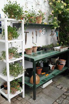 My loving home and garden: Helles have Rustic Gardens, Outdoor Gardens, Garden Shed Interiors, Outdoor Garden Bench, Garden Structures, Small Gardens, Garden Inspiration, Backyard Landscaping, Garden Furniture
