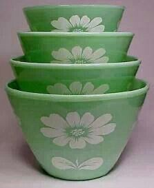 A Stack of Jadeite Mixing Bowls with White Daisy Pattern . A Stack of Jadeite Mixing Bowls with White Daisy Pattern . Vintage Bowls, Vintage Kitchenware, Vintage Dishes, Vintage Glassware, Vintage Pyrex, Hd Vintage, Vintage Green, Vintage Decor, Kitsch