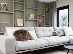 Dit is de perfecte raambekleding voor je openslaande deuren | vtwonen Home 21, Living Room Shelves, Sofa, Couch, House Extensions, Interior Styling, Home And Living, Interior Inspiration, Sweet Home
