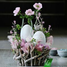Easter Arts And Crafts, Spring Crafts, Holiday Crafts, Easter Flower Arrangements, Easter Egg Designs, Easter Table Decorations, Arte Floral, Creations, Christian Easter