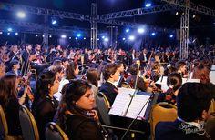 /// Imágenes del Concierto Federal en el Hipodromo de Tucuman en el cierre del Septiembre Musical Tucumano, con una orquesta integrada por más de 700 músicos bajo la dirección general del Maestro Luis Gorelik. La conducción del evento estuvo a cargo del Tucu López y Gladys Pierpauli / #Bicentenario #SoloPasaenTucuman