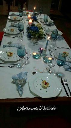Mesa em branco, azul e prata.
