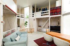 キッチン近くから玄関方向を見る。リビング側には各部屋、壁と扉が無い上に天井まで5mあり、面積以上の広さ、開放感が味わえる。