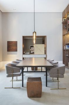 Salle à manger – Modern dining room design. Luxury Dining Room, Dining Room Design, Dining Room Chairs, Dining Room Furniture, Dining Rooms, Dining Tables, Side Tables, Round Tables, Dining Decor