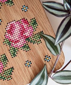 It was her love of nature that inspiredMerve Burma to startcrafting wooden bags in her Instanbul-based workshop. But wait, these are not just any wooden bags. Mervecross stitches intricate fruit and floral motifsonto the oak, walnut and beech wood surfaces of clutches, backpacks and shoulder