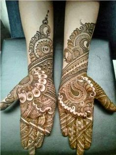 Selecting the perfect mehndi design can be confusing sometime. Here is an outstanding collection of diverse bridal hand mehndi designs for your wedding day. Henna Hand Designs, Beautiful Henna Designs, Arabic Mehndi Designs, Best Mehndi Designs, Mehndi Designs For Hands, Simple Mehndi Designs, Henna Tattoo Designs, Beautiful Mehndi, Pretty Designs