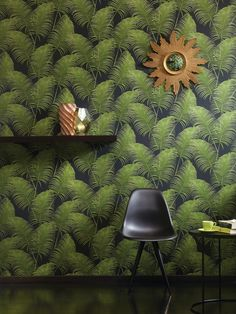 OXYGEN by Khrôma // Paloma Dark Emerald // Paloma brings you designs with exotic foliage and botanical patterns with giant leaves and exotic flowers that give energy, air and life to your home. Wallpaper Online, Wallpaper Decor, Pattern Wallpaper, Basic Colors, Different Colors, Botanical Wallpaper, Hunter Douglas, Green Pattern, Painted Paper