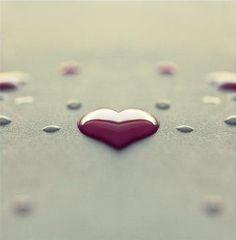 """""""Romantismo não deve ser confundido com frivolidade, óculos cor de rosa, fuga da realidade. Para mim é a capacidade de viver algum tipo de encantamento, de ver coisas positivas e boas, de valorizar relações humanas que significam ternura, carinho, cuidado, estímulo. Sem um grão de romantismo penso que a vida seria cor de cinza, sem graça, tediosa, os relacionamentos frios ou grosseiros. Existe romantismo não só no amor, mas até no observar uma criança que brinca... (Lia Luft)"""