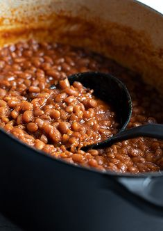 Classic homemade Boston-style baked beans, flavoured with molasses and cooked low and slow with bacon and onion. Slow Cooker Baked Beans, Baked Beans With Bacon, Homemade Baked Beans, Boston Baked Beans, Baked Bean Recipes, Baked Beans Recipe With Molasses, Dry Beans Recipe, Molasses Recipes, Vegetarian